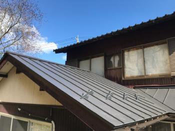 耐震性と費用の面から金属屋根にしました。遮音対策もきっちりやってくれるとの事でお願いしました。