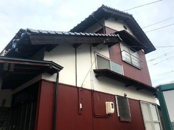 金属の外壁や屋根も塗装しないと、錆て穴が空きます。塗装が必要です