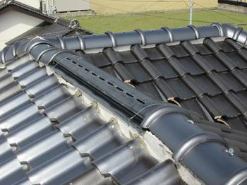 屋根の谷間に穴の修理